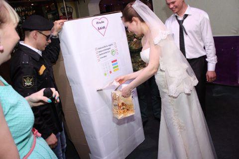 Шуточный банкомат для молодоженов.