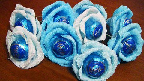 Цветы с конфетами в корзинку.
