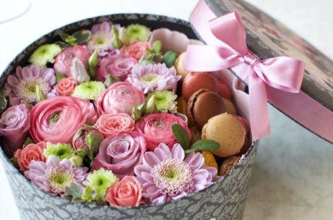 Вариант праздничной коробки с цветами.