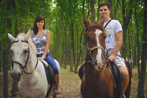 Влюбленные катаются на лошадях