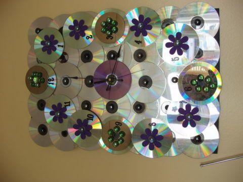 Вот такие часы можно сделать из обычных дисков.