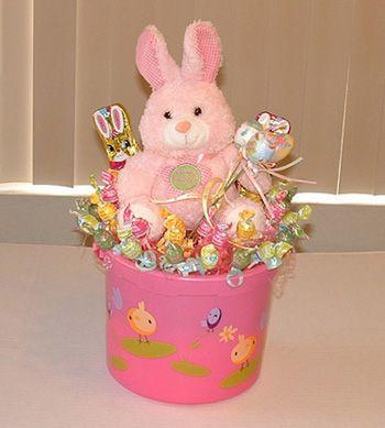 Зайка в ведре с конфетами и шоколадными зайками.