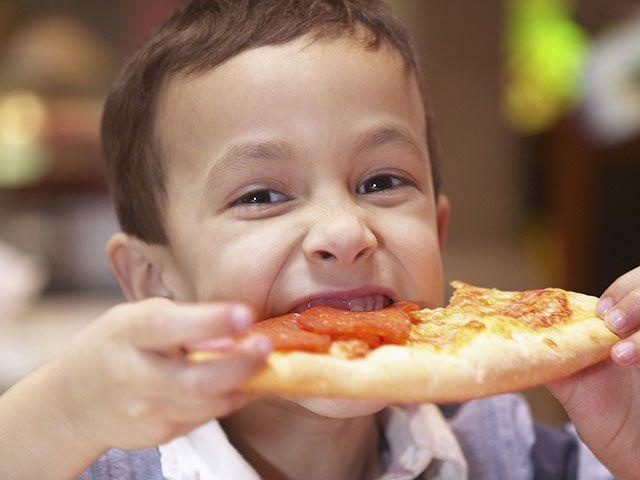 Пицца – любимое детское блюдо, и вкусно, и есть можно руками