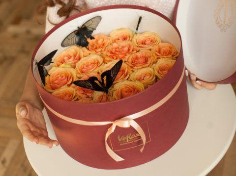 Бабочки с букетом роз