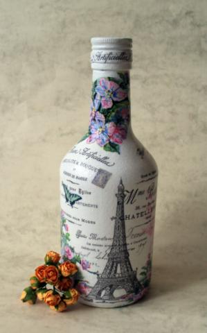 Бутылка, украшенная рисунком в технике декупаж