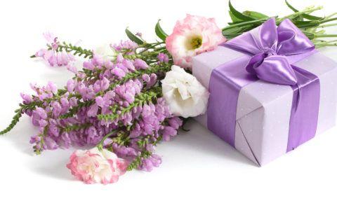 Что подарить женщинам на 8 марта?