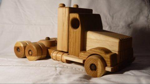 Деревянная машина для ребеночка