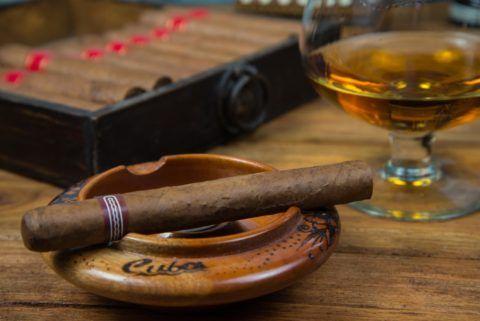 Элитная сигара с дорогим алкоголем – прекрасное сочетание.