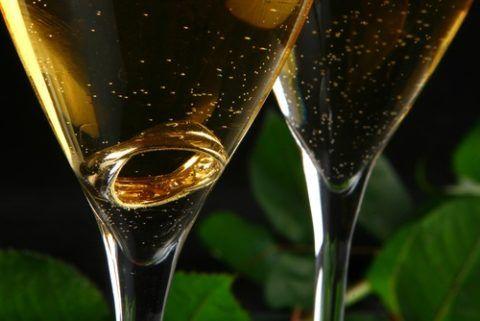 Кольцо в бокале шампанского