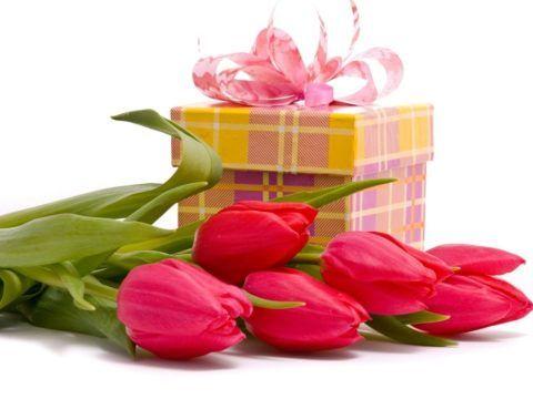 Можно выбрать недорогие цветы в качестве дополнения к подарку.