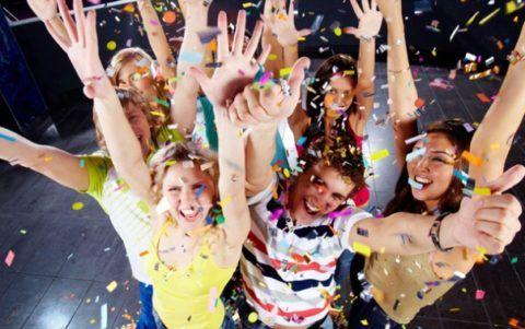 Подростки на вечеринке в честь дня рождения