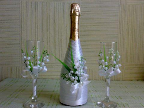 Украшенные бокалы и бутылка шампанского