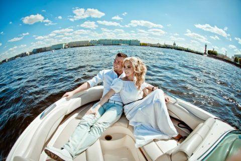 Влюбленные на катере