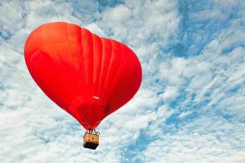 Воздушный шар в виде сердца – транспорт для влюбленных