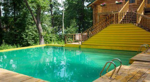 База отдыха в лесу с бассейном.