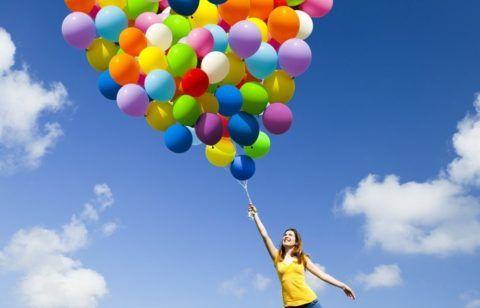 Девушка держит шарики