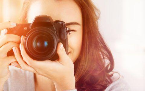 Девушка с цифровым фотоаппаратом