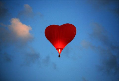 Пара на воздушном шаре в виде сердца