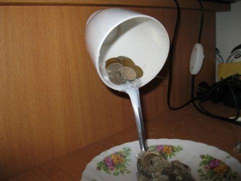 Приклеиваем монеты.