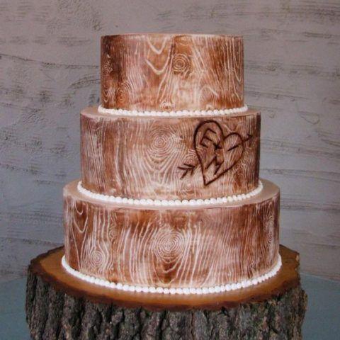 Торт с деревянными украшениями