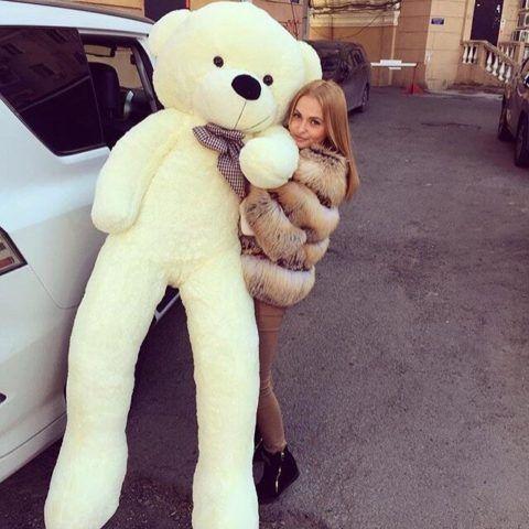 Огромный медведь – романтический подарок для девушки