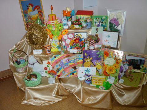 При желании можно создать целую выставку не только со стенгазетой, но и другими рисунками подарками.