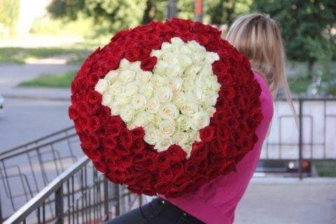 Романтичный букет из множества красных и белых роз