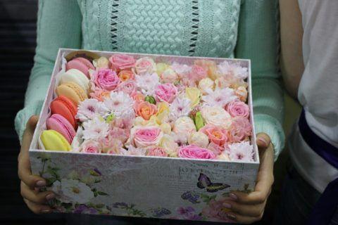 Цветы в коробке со сладостями – отличный романтичный подарок для девушки