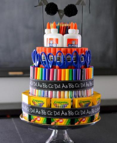 В таком торте учитель найдет все то, что ему может понадобиться на весь год.