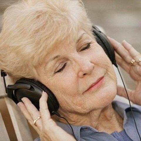 Бабушка слушает музыку.