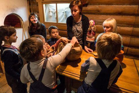 Маленькие дети в музее.