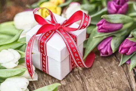 Что подарить близким родственницам?