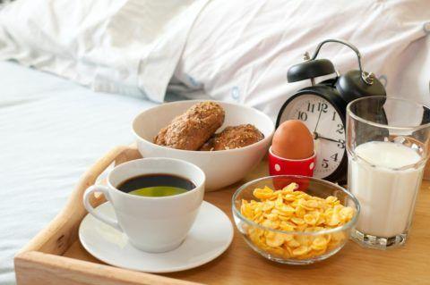 Легкий, но красивый завтрак в постель.