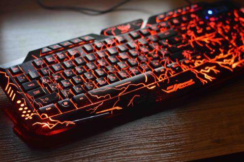 Подобная клавиатура стоит дороже, чем обычная, но выглядит впечатляюще.
