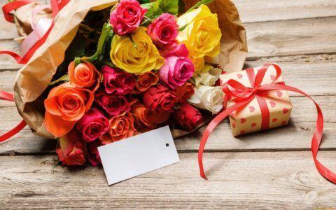 Приложите записку к букету и небольшой подарочек.