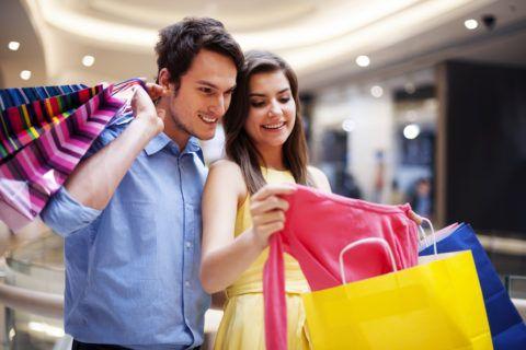 Прогуляйтесь по магазинам вместе со своей любимой.