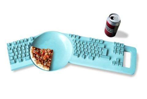 Такая клавиатура подходит всем тем, кто любит есть за рабочим столом.