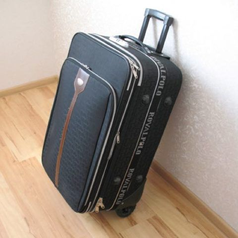 Удобнее всего подобные чемоданы с ручкой и на колесиках.