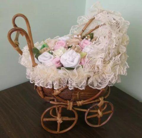 А вот уже после рождения можно подарить коляску соответствующих цветов.