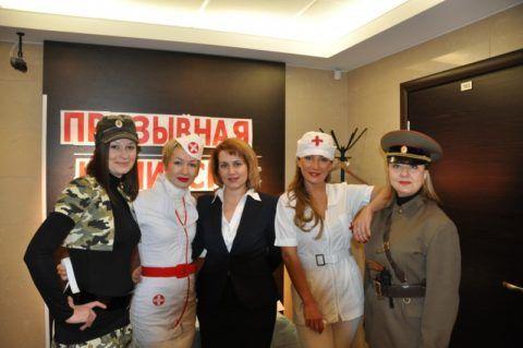 Каждая женщина в офисе может надеть тематический костюм.