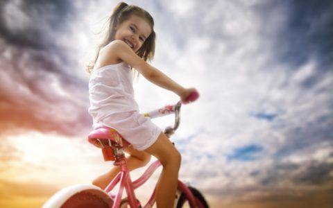 Крутить педали и мчаться по двору – вот детское счастье!