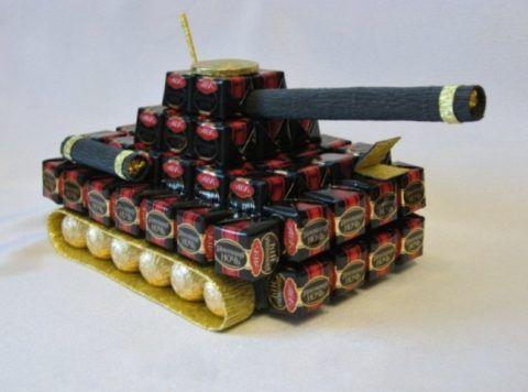 Начальнику можно вручить такой танк из шоколада.