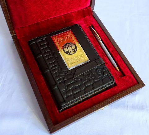 Прекрасный подарочный набор, состоящий из блокнота и ручки.