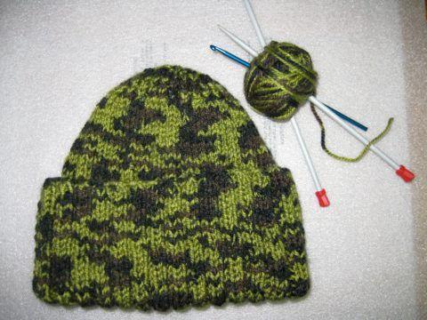 Простая для вязания шапка, расцветка которой придает ей праздничную тематику.