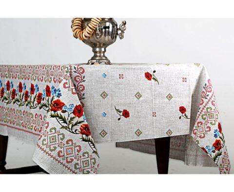 Традиционная скатерть с вышитым орнаментом.