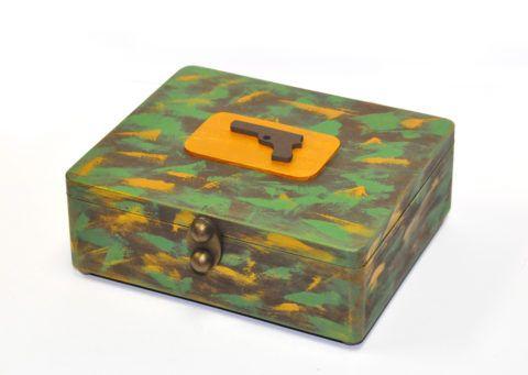 В этой шкатулке могут храниться фотографии или другие воспоминания со времен прохождения службы.
