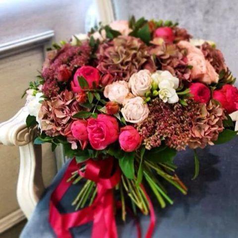 Вручите действительно потрясающе красивый букет цветов!