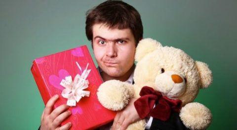 Молодой человек явно не в восторге от подарков