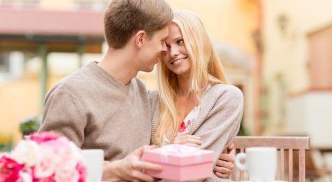 Чем обрадовать девушку на год отношений?