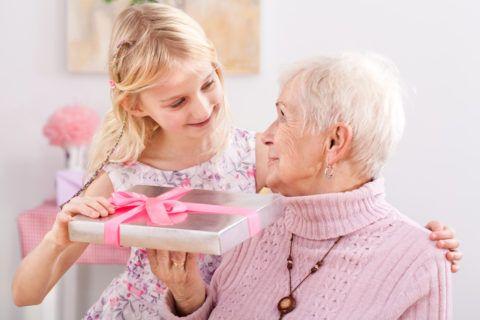 Презент для бабушки от родных людей